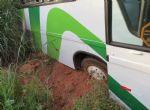 Ônibus da Expresso Moreira sai da pista na MT 240; ninguém se feriu