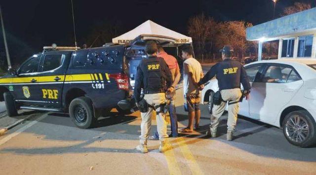 Poconé - PRF prende dupla com carro roubado