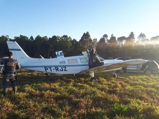 Jaciara - Avião com 150 kg de maconha faz pouso forçado em fazenda, piloto alega que foi sequestrado e é preso
