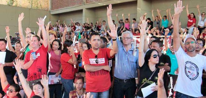 Professores mantêm greve que já dura 43 dias